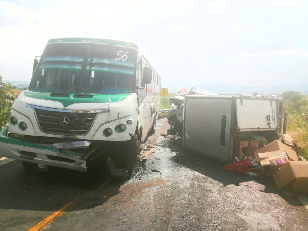 Un muerto y tres heridos deja choque de camión y camioneta en Ecuandureo. Noticias en tiempo real
